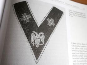 Лента командора ареопага 30-й степени Шотландского устава, иллюстрация из книги Řád svobodných zednářů (T. Srb, Eminent, 2001)