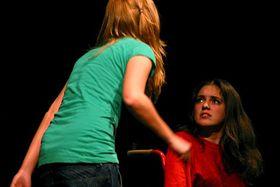 Las protagonistas de Godot o la Muerte no tiene la última palabra (Praga), Michaela Poláková y Kateřina Sýkorová (de frente) en un momento de la representación, foto: Clara González