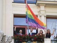 Vicealcalde Petr Hlubuček, Alcalde Zdeněk Hřib, Director del Festival Prague Pride Hana Kulhánková y Consejera Hana Třeštíková, foto: ČTK / Ondřej Deml