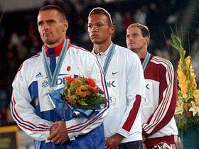 De izquierda: Roman Sebrle, Bryan Clay y Attila Zsivoczky (Foto: CTK)