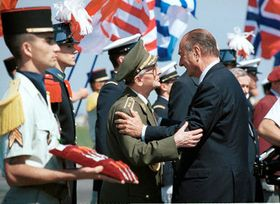 El general checo Antonín Spacek con el presidente francés Jacques Chirac, foto: CTK