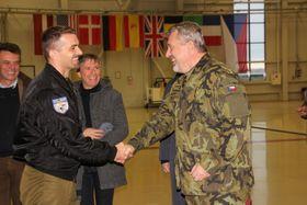 Подполковник Павел Павлик (слева) и начальник чешского Генштаба генерал Алеш Опата, фото: полковник Магдалена Дворжакова, AČR