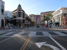 Život v Beverly Hills se prakticky zastavil. Na snímku je slavná nákupní ulička Rodeo Drive v pozadí s hotelem Beverly Wilshere proslaveným z filmu Pretty Women, foto: Ája Bufka