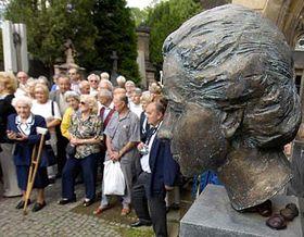 Decenas de personas conmemoraron en el cementerio de Vysehrad el 55 aniversario de la ejecución de Milada Horáková (Foto: CTK)