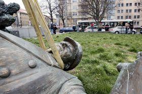 Rathaus des sechsten Prager Stadtbezirks hatte im April ein Denkmal des Sowjetmarschalls Iwan Konew entfernen lassen (Foto: Michaela Danelová, Archiv des Tschechischen Rundfunks)