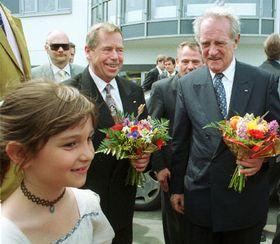 Vaclav Havel und Johannes Rau bei der feierlichen Grundsteinlegung, Foto:CTK
