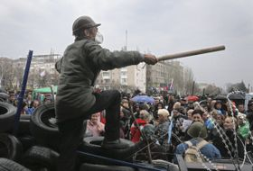 A masked pro-Russian activist speaks to supporters in Donetsk, Ukraine, April 10, 2014, photo: CTK