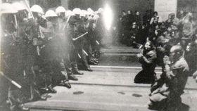 La intervención policial en la Avenida Nacional, el noviembre de 1989, foto: Petr Čepek, Přírodovědecká fakulta UK / ČT24