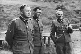 Josef Mengele in Auschwitz (Mitte). Foto: Karl-Friedrich Höcker/Yad Vashem, Public Domain