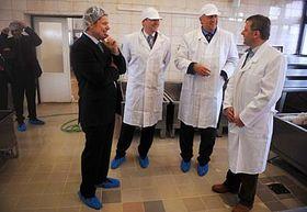 Mirek Topolánek (druhý zprava) sPetrem Gandalovičem (třetí zprava) na soukromé farmě při tiskové konferenci kreformě zemědělské politiky, foto: ČTK