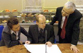 Министр просвещения Петра Бузкова, министр финансов Богуслав Соботка и премьер-министр Владимир Шпидла (Фото: ЧТК)