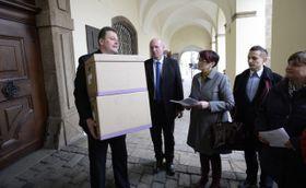 Депутаты, получившие бокс с подписями под петицией за сохранение специальности участкового педиатра, Фото: ЧТК