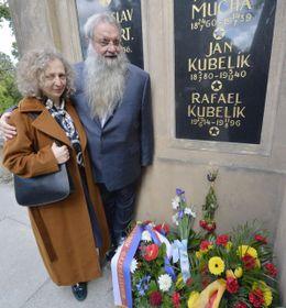 Martin Kubelík with his wife at Rafael Kubelík's grave, photo: CTK