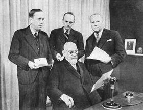 Карел Чапек (первый слева) и Франтишек Кржижик (сидит) во время обращения с посланием мира