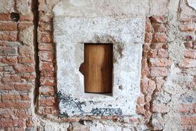 Durch das kleine Fenster wurde dem Mönch, der in einer Zelle saß, das Essen gereicht (Foto: Martina Schneibergová)