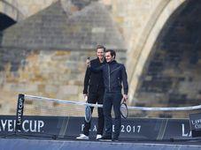 Tomáš Berdych a Roger Federer na lodi pod Karlovým mostem, foto: ČTK
