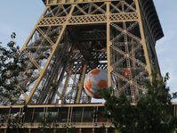 Эйфелеву башню в эти дни украшает футбольный мяч, Фото: ЧТК