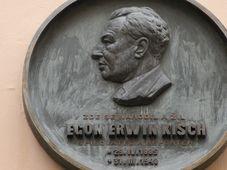 Gedenktafel für Egon Erwin Kisch am Haus 'Zu den zwei goldenen Bären' (Foto: Markéta Kachlíková)