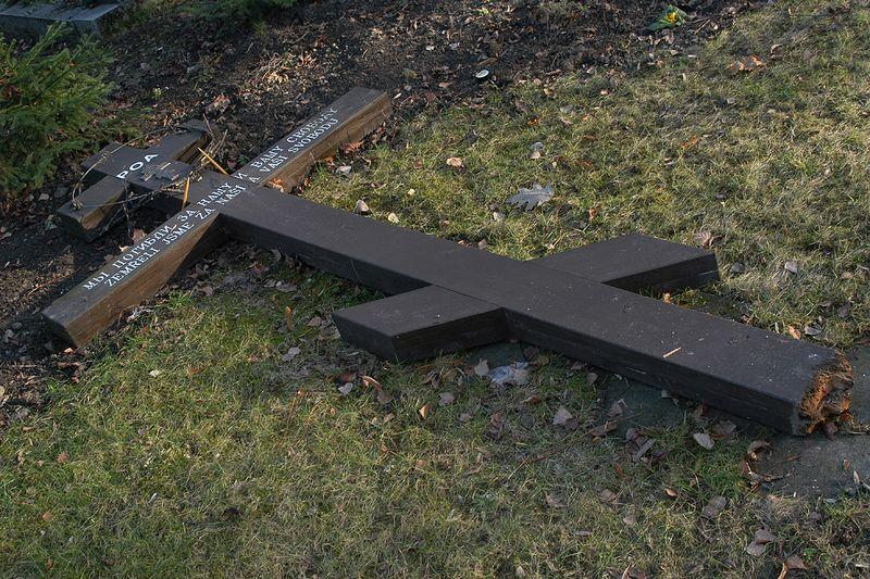 Поваленный крест на братской могиле солдат Русской освободительной армии на Ольшанском кладбище Праги. Фото: Vladimir Pomortzeff
