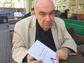 Рудольф Кучера с книгой «Ислам и политика», фото: Катерина Айзпурвит
