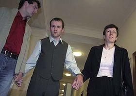 Karel Martinák (en el centro) con su hermano y su madre (Foto: CTK)