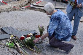 Татьяна Баева возлагает цветы к памятнику Яну Палаху, фото: Ондржей Томшу