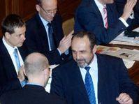 Michal Kraus blahopřeje Bohuslavu Sobotkovi ke schválení státního rozpočtu na rok 2006, foto: ČTK