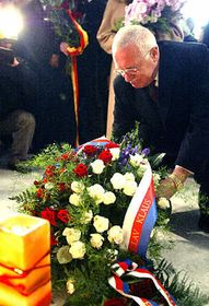 President Vaclav Klaus laying flowers on Narodni Street in Prague, photo: CTK