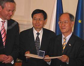 Jae-Il Kwon aKyuchin Kim (vpravo) převzali cenu Gratias Agit