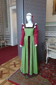 Einfacheres Kleid mit einer Kopfbedeckung aus dem 15. Jahrhundert (Foto: Martina Schneibergová)