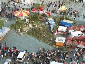 Vendaval derrumbó el Árbol de Navidad en el centro de Praga, foto: CTK