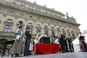 Položení základních kamenů si připomněli iherci na piazzettě Národního divadla, foto: ČTK
