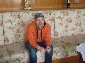 Karel Zoch sedí vbývalém bytě dr. Vogla na Klatovské 12, foto: Zdeňka Kuchyňová