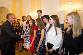 Debattantinnen und Debattanten mit Staatspräsident Kiska (Foto: Vladimír Šimíček, Archiv des Wettbewerbes Jugend debattiert)