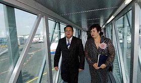 Primer ministro checo, Jiri Paroubek y Hana Cernochova, la directora general del aeropuerto internacional de Praga (Foto: CTK)