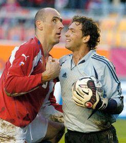 Ян Коллер и румынский вратарь Богдан Лобонт (Фото: ЧТК)