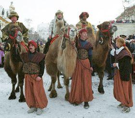 Slavnostně odění králové na velbloudech spolu spážaty a150 vojáky Hradní stráže Pražanům připomněli cestu legendárních mudrců od východu, foto: ČTK