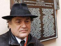 Jaroslav Róna; en el fondo la placa conmemorativa (Foto: CTK)