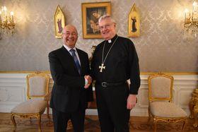 Freddy Valverde y Monseñor Charles D. Balvo, foto: Ondřej Tomšů