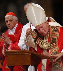 Joseph Ratzinger y el Papa Juan Pablo II (2002) Foto: CTK