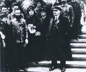 Эрнест Кольман (первый слева в центре) с Лениным, 1919 г.