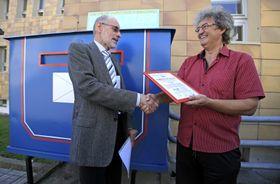 Мирослав Марек передает Ивану Ганушу сертификат об установлении чешского рекорда, Фото: ЧТК