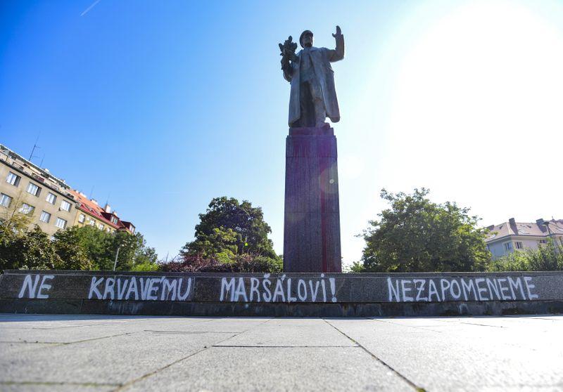 Памятник, облитый краской, с надписью «Нет кровавому маршалу!», Фото: ЧТК / Роман Вондроуш