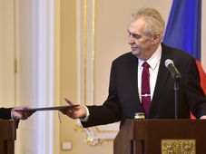 Prezident Miloš Zeman přijímá demisi vlády z rukou Andreje Babiše, foto: ČTK
