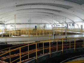 Dentro del edificio nuevo, donde se lleva a cabo el tratamiento químico del agua del Moldava. Foto: Martina Schneibergová