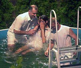 Крещение нового члена церковного общества «Свидетелей Иеговы» (Фото: ЧТК)