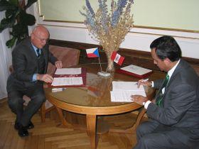 Presidente de la AC en la RCh, Václav Paces y Embajador del Perú en la RCh, Alberto Efraín Salas Barahona