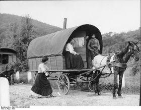 В конце 1939 г. был принят закон, запрещающий цыганам кочевать, фото: Bundesarchiv, Bild 183-J0525-0500-003 / CC-BY-SA 3.0