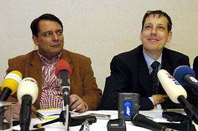 Saliente primer ministro, Stanislav Gross (a la derecha) y Jirí Paroubek (Foto: CTK)