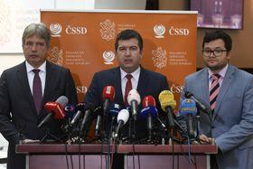 De izquierda: Roman Onderka, Jan Hamáček y Jan Chvojka del Partido Socialdemócrata, foto: ČTK/Michal Krumphanzl